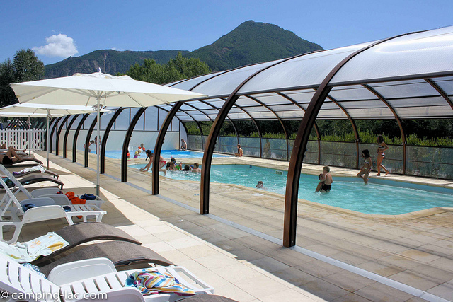 Piscine avec toboggan marseille for Toboggan piscine privee